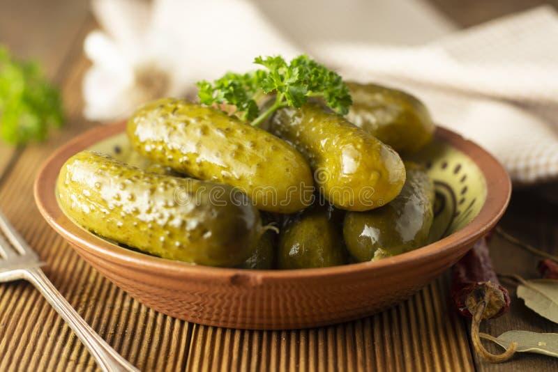 marinated gurkor Gravar veggies i bunken, tr?tabell arkivfoton