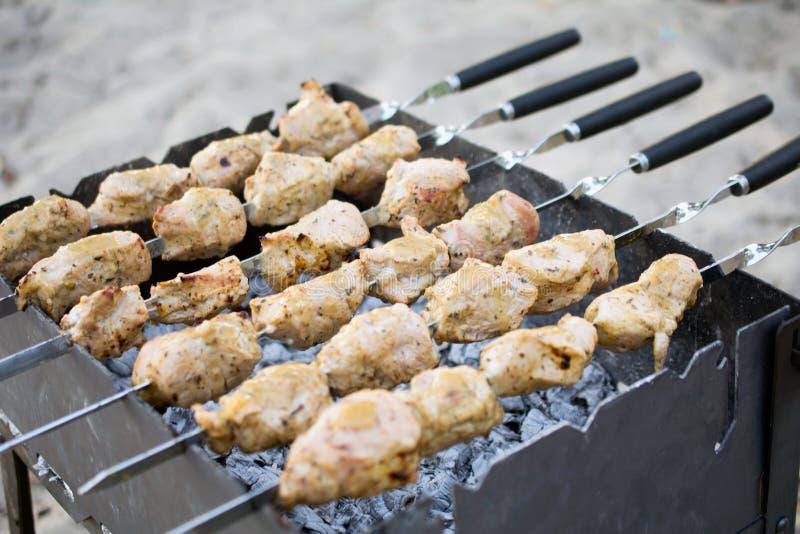 Marinated shashlik подготавливая на гриле барбекю над углем стоковые изображения