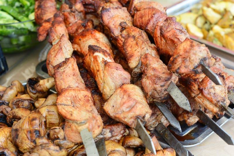 Marinated shashlik подготавливая на гриле барбекю над углем Kebab Shashlik или Shish популярное в Восточной Европе стоковые изображения