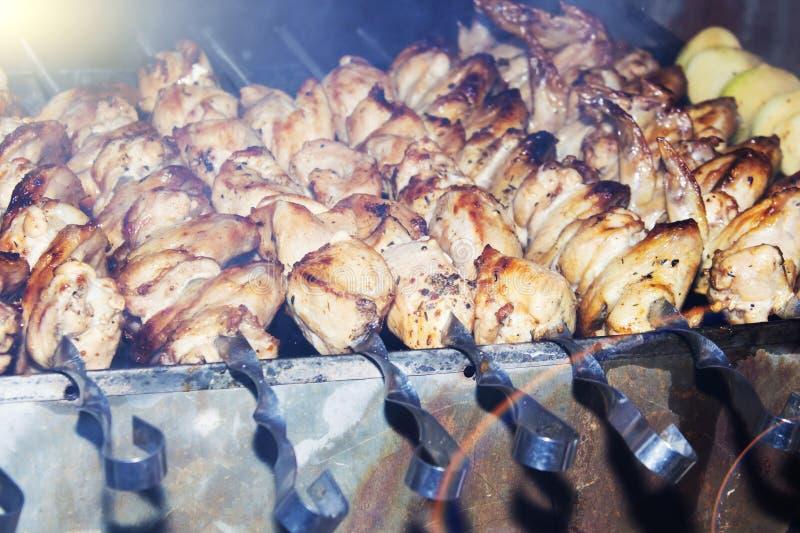 Marinated shashlik подготавливая на гриле барбекю над углем Kebab Shashlik или Shish популярное в Восточной Европе стоковая фотография