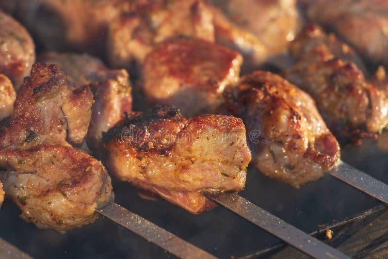 Marinated shashlik подготавливая на гриле барбекю над углем Kebab Shashlik или Shish популярное в Восточной Европе Shashlyk, skew стоковое изображение rf