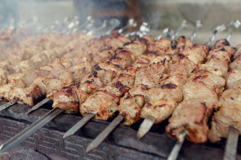 Marinated shashlik подготавливая на гриле барбекю над углем стоковые фото