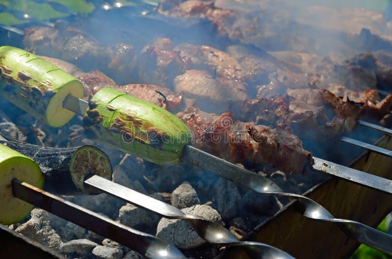 Marinated shashlik при сквоши подготавливая на гриле барбекю над углем воссоздание обеда напольное стоковое фото