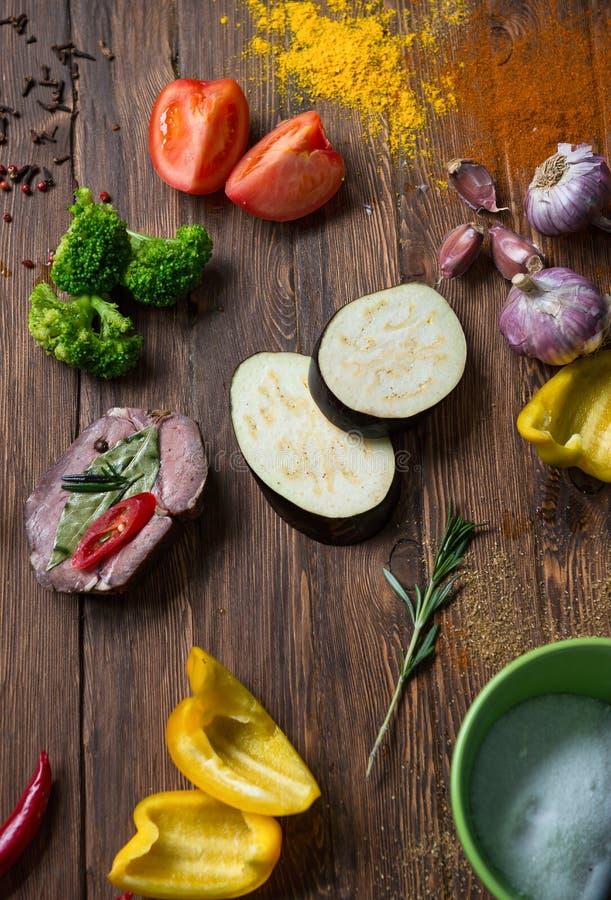 Marinating мясо и свежие овощи на деревянном столе стоковые фото