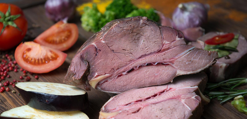 Marinating мясо и свежие овощи на деревянном столе стоковые изображения rf