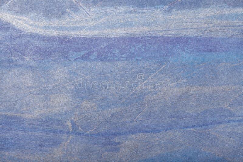 Marinblå bakgrund för abstrakt konst och silverfärg Flerfärgad målning på kanfas Fragment av konstverk texturbakgrund royaltyfri foto