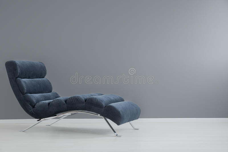 Marinblå chaisevardagsrum arkivbild