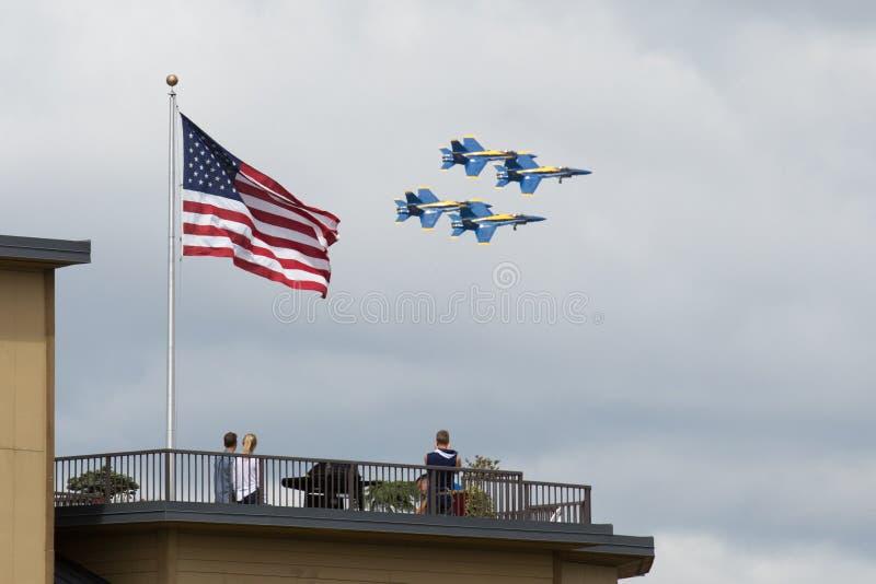 Marinblåa vinklar på himmel på 4th Juli royaltyfri fotografi