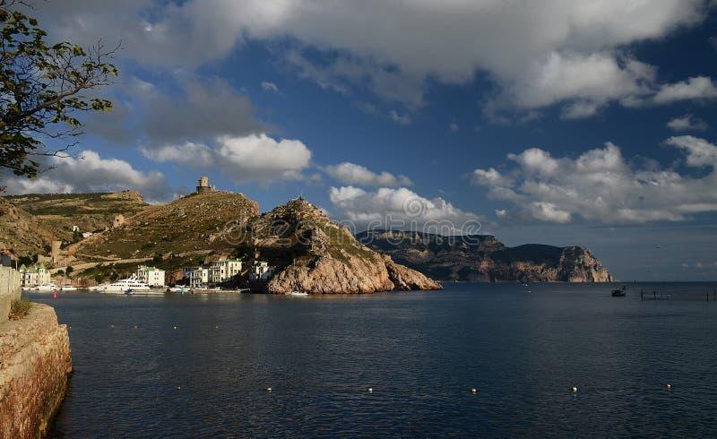 Marine Bay mit ukrainischen Schiffen gegen einen Hintergrund von Bergen stockfotografie