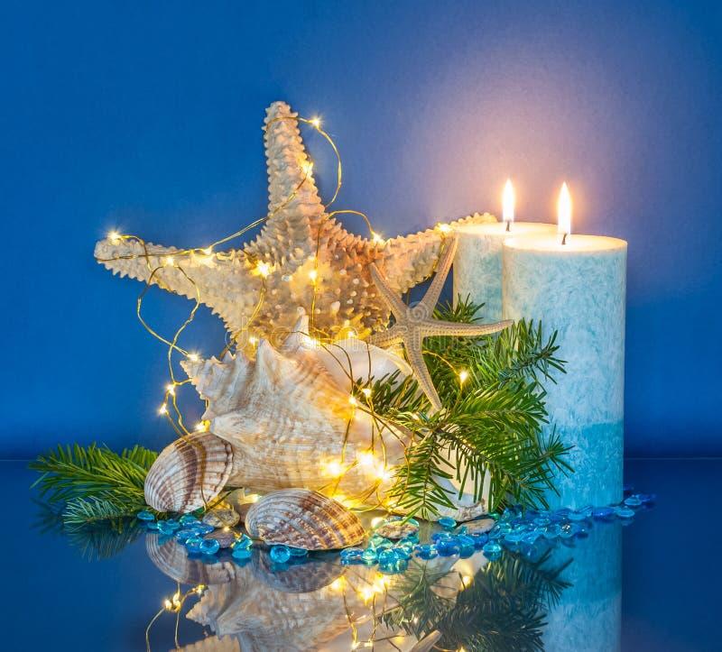 Marine Christmas Decoration con le luci leggiadramente e le candele blu fotografia stock libera da diritti