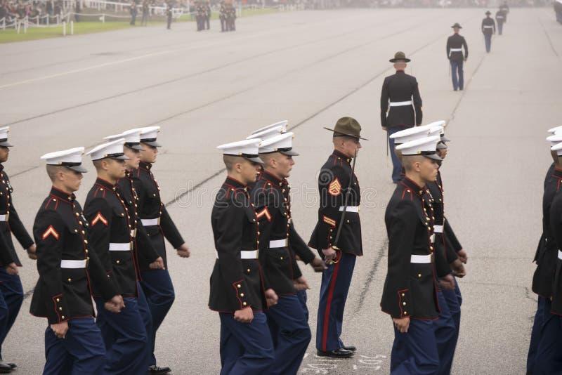 Marine Corps Marching no dia nevoento fotografia de stock royalty free