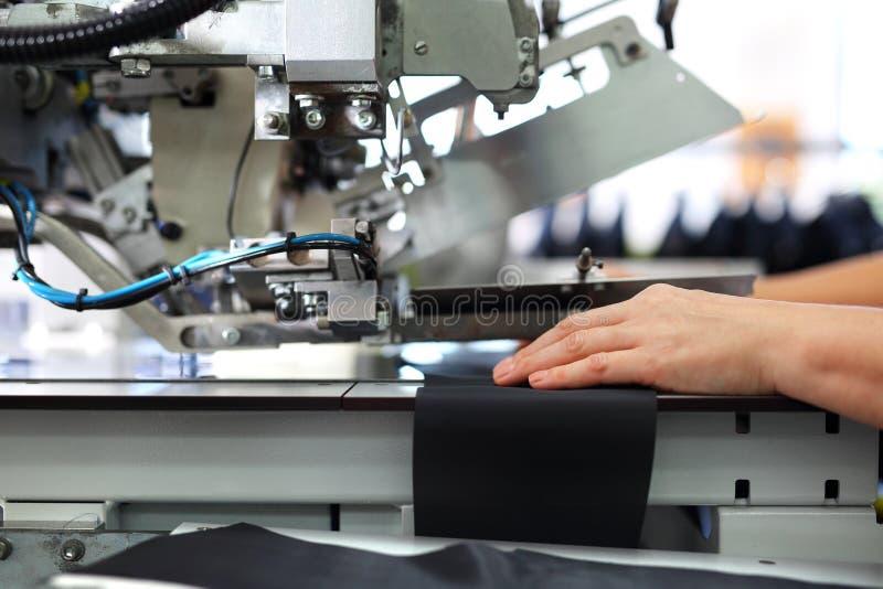 Marine de couture dans un tailor& x27 ; boutique de s photos libres de droits