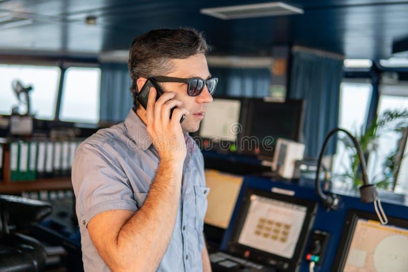 Marine Deck Officer of zeeman op dek van schip of schip stock afbeelding