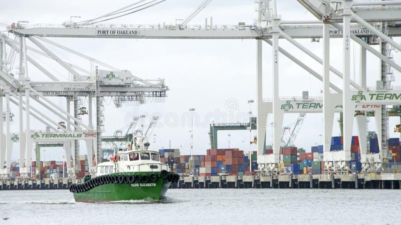 Marine Express Crew Boat AILINE ELIZABETH che passa il porto di OA fotografia stock libera da diritti