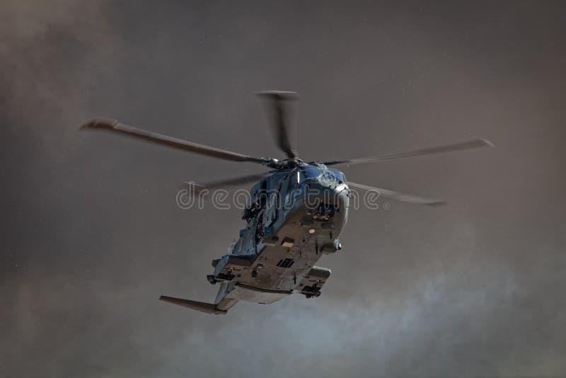 Marine-MERLIN-Hubschrauber während der Angriffssimulation stockfotografie