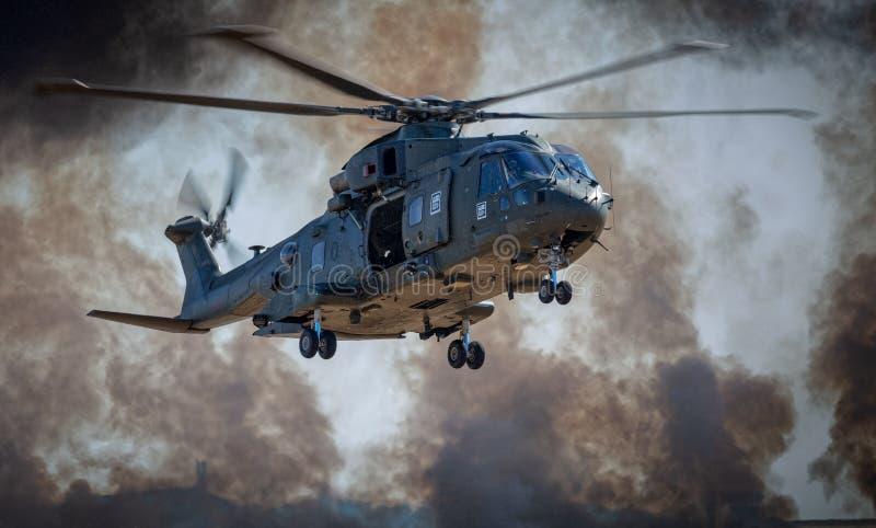 Marine-MERLIN-Hubschrauber während der Angriffssimulation lizenzfreie stockfotografie