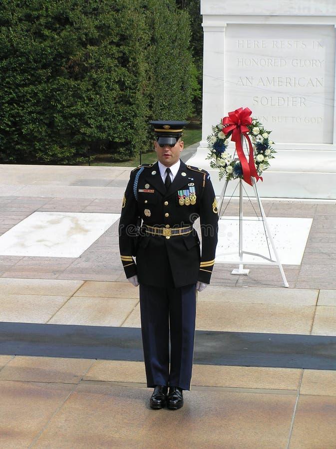 Marine met glazen tijdens verandering van de Wacht in Arlington-Begraafplaats dichtbij Washington DC stock fotografie