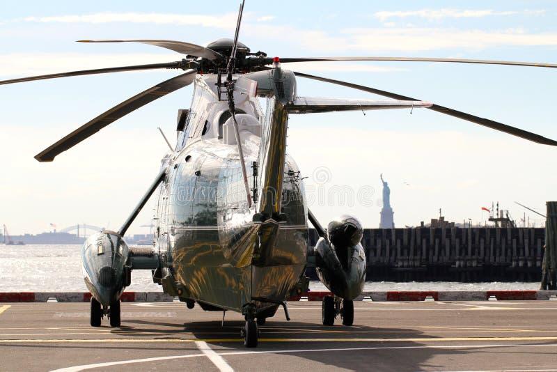 Marine One VH-3D en la estatua del fondo del helipuerto de Wall Street de la libertad imagenes de archivo