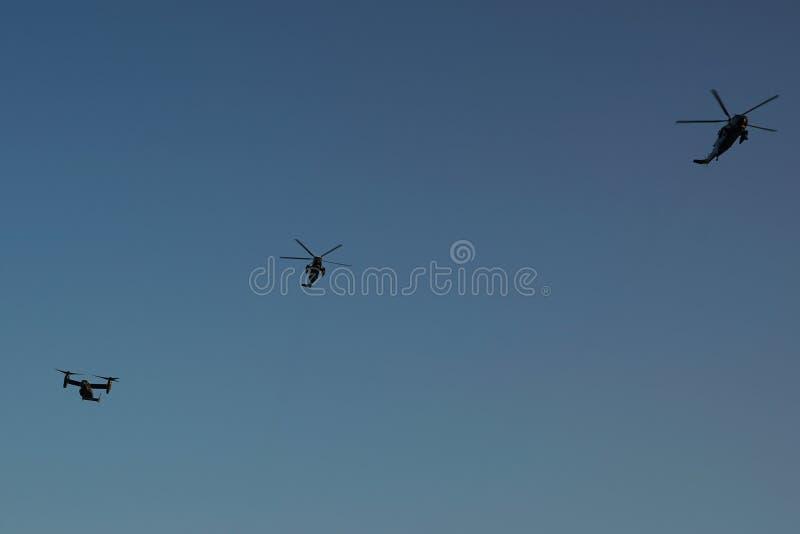 Marine One voa no grupo de helicópteros do apoio sobre New York fotos de stock royalty free