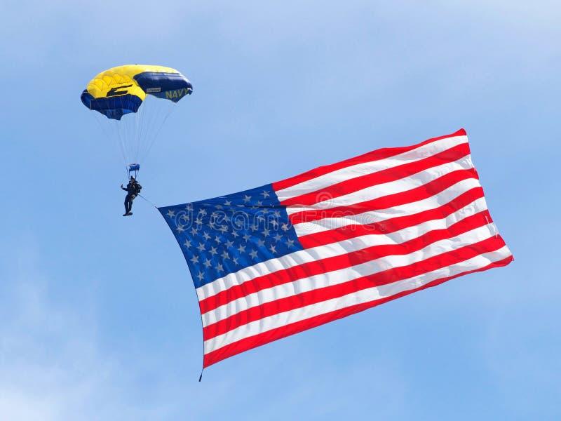 Marine parachuter mit blauem Hintergrund des bewölkten Himmels der amerikanischen Flagge lizenzfreies stockfoto