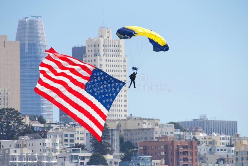 Marine parachuter mit Landung der amerikanischen Flagge in der Stadt von San Francisco lizenzfreie stockbilder