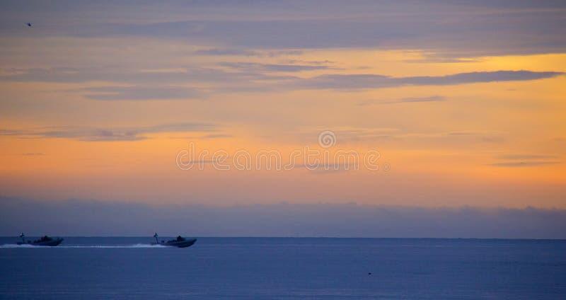Marineduikers die op oefening bij eerste licht weggaan stock fotografie