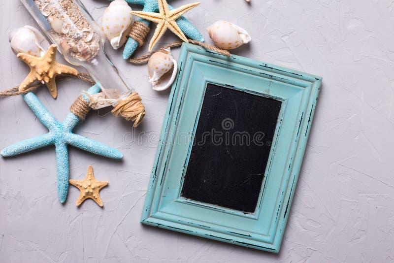 Marineeinzelteile und leere Tafel für Text auf grauem strukturiertem SL lizenzfreies stockfoto