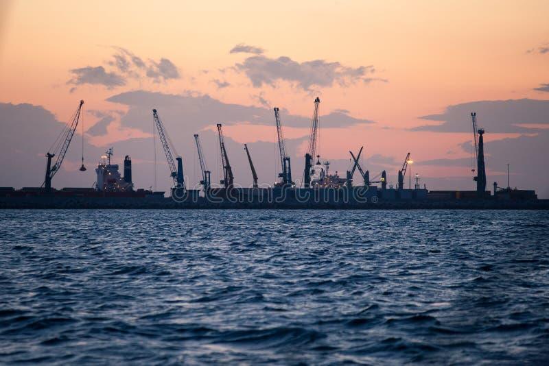 Marinefrachthafen mit Kränen bei Sonnenuntergang stockfotografie