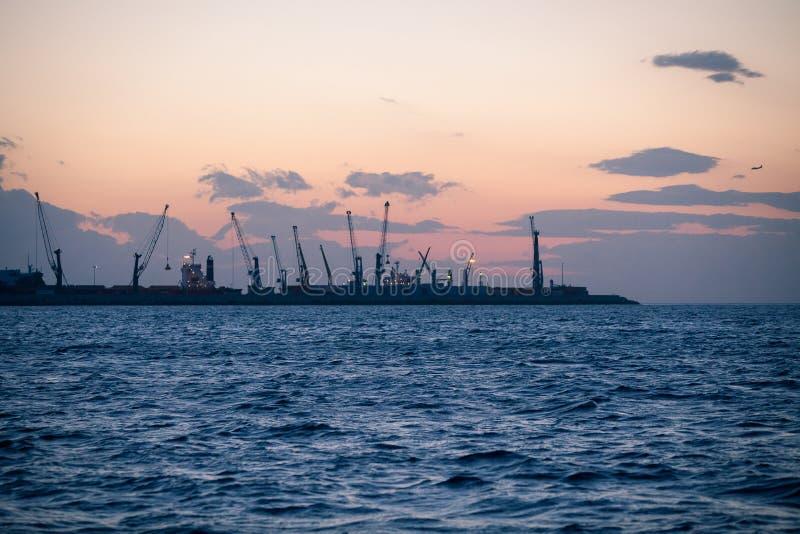 Marinefrachthafen mit Kränen bei Sonnenuntergang lizenzfreies stockfoto