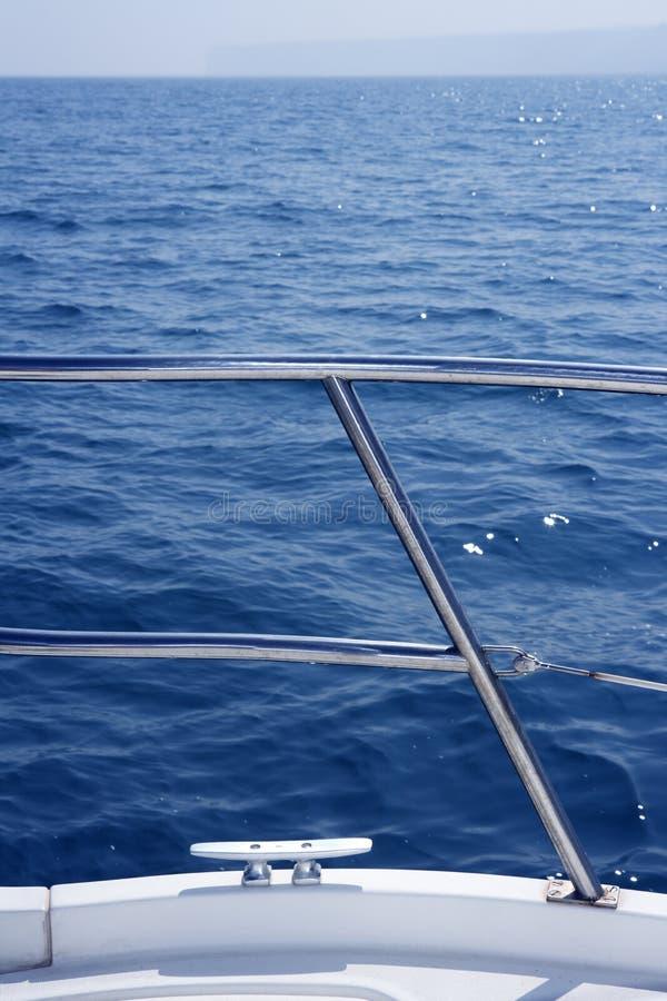 Marineknotendetail über Edelstahlbootsgeländer lizenzfreies stockfoto