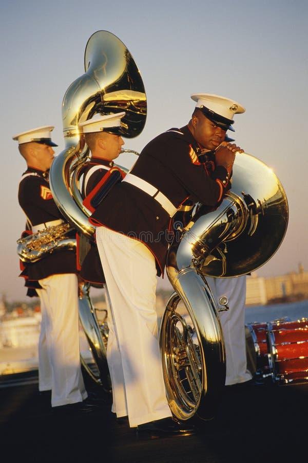 Marinen mit Tubas lizenzfreie stockbilder