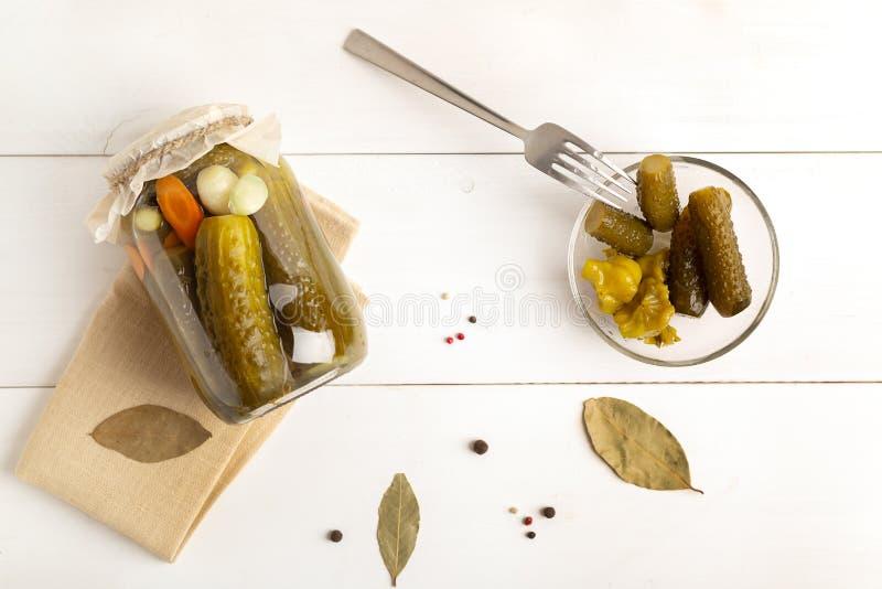 marinerade inlagda gurkor Inlagda gurkor med ?rter och kryddor arkivbilder