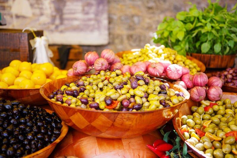 Marinerade vitlök och oliv på provencal gatamarknad, i bevisat royaltyfri bild