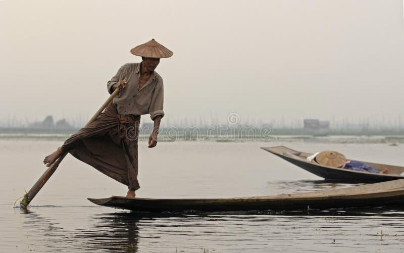 Marinero en birmanie en el lago Inle fotos de archivo