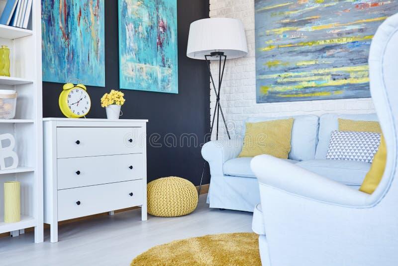 Marineruimte met gele poef royalty-vrije stock afbeeldingen