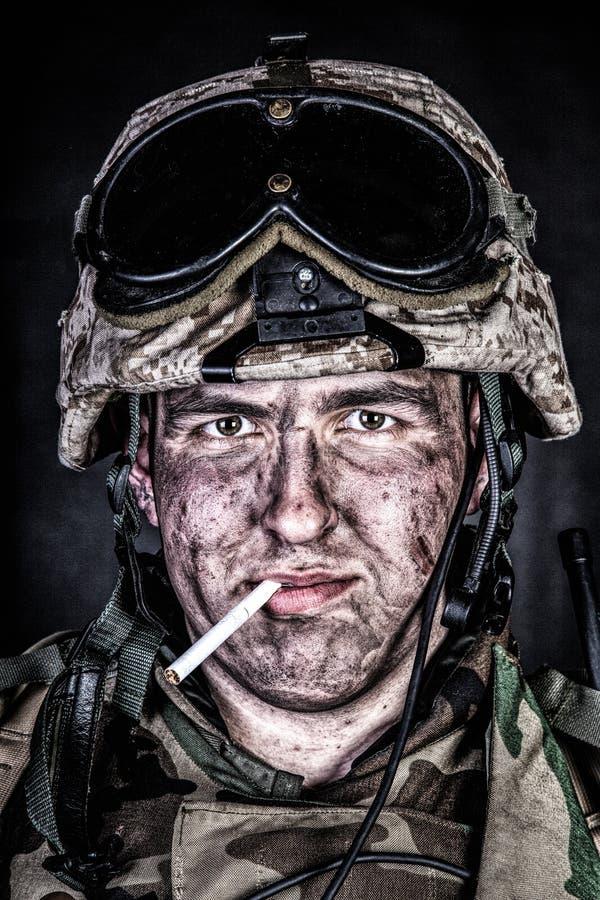Marinesoldat im Sturzhelm mit schmutzigem Gesicht nach Feuergefecht lizenzfreie stockbilder