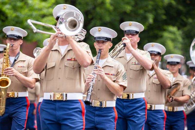 Marinesoldaten, die an der Parade marschieren stockfotografie