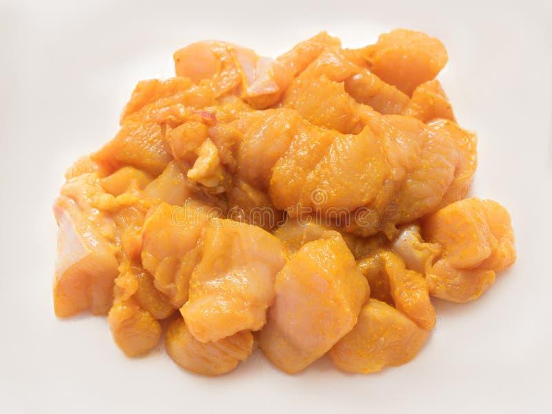 Marinette tagliato senza pelle e senz'ossa crudo fresco normale del pollo con sale e curcuma fotografie stock