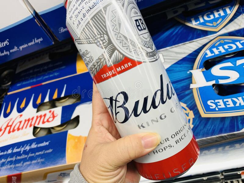 Marinette, WI/USA- 9 de noviembre de 2019: Cans de cerveza Budweiser - una bebida alcohólica de lager pálido de estilo americano  fotos de archivo