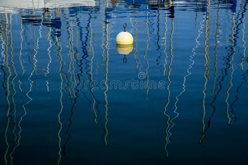 Marinewasserreflexionen stockfotos