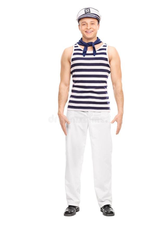 Marinheiro masculino novo que estão reto e sorriso foto de stock