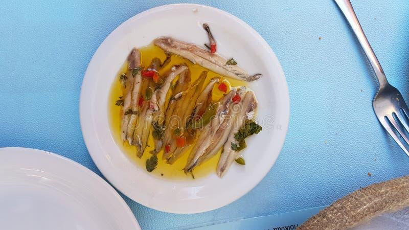 Marinieren Sie traditionelle griechische Platte der Sardellen Seemit rohen Fischen stockbild