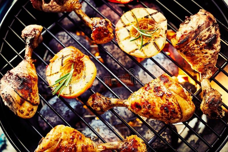 Marinierte Hühnertrommelstöcke, die über einem BBQ grillen lizenzfreies stockfoto