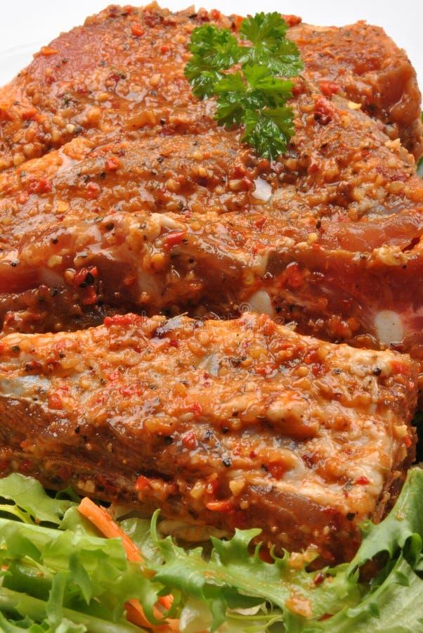 marinierte organische Rippe auf gesundem Salat lizenzfreie stockfotografie