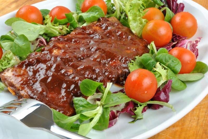 marinierte organische Rippe auf gesundem Salat stockbild