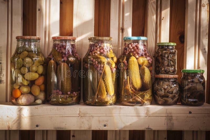 Mariniertes Gemüse in den Gläsern lizenzfreies stockfoto