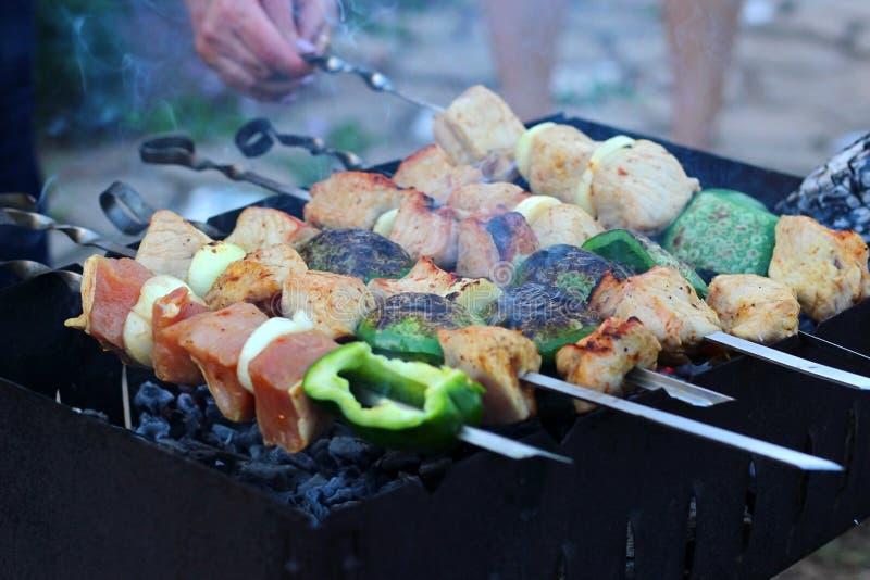 Mariniertes shashlik, das auf einen Grillgrill über Holzkohle sich vorbereitet Shashlik oder Kebab populär in Osteuropa lizenzfreie stockfotografie