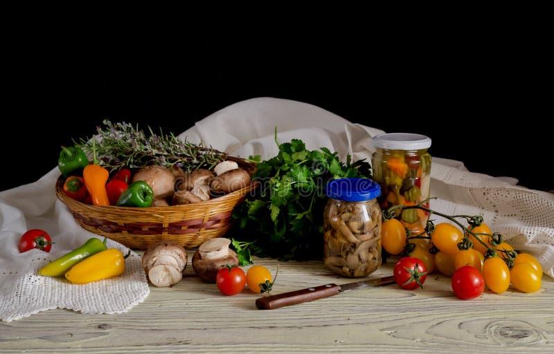 Mariniertes und rohes Gemüse auf einem Holztisch stockfoto