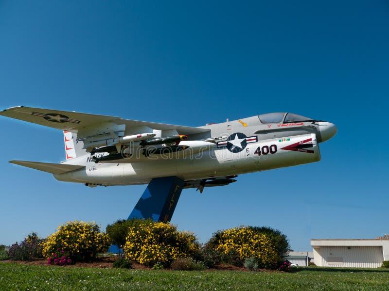Marinkämpeflygplan nära en grund i Kalifornien royaltyfri bild