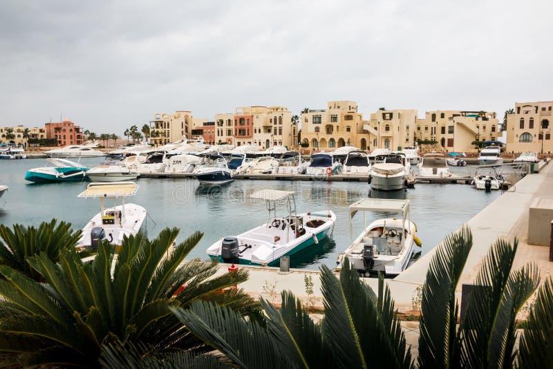 Marino moderno por completo de yates hermosos en la ciudad de Aqaba en bahía del tala en Jordania foto de archivo libre de regalías